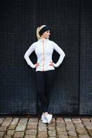 kvinnlig idrottsman nen vilar efter jogging i staden foto