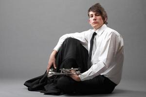 porträtt av en ung man med sin trumpet foto