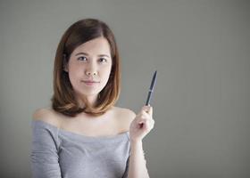 porträtt av ung kvinna, innehav penna foto