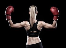 vacker kvinna som bär boxningshandskar foto