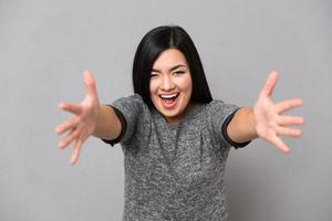 ung kvinna med en öppen hand redo att krama foto