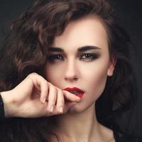 närbild porträtt av vacker flicka foto