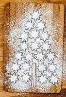 julkakor kanelstjärnor på träbakgrund