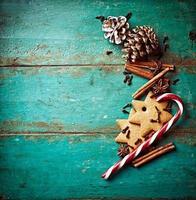 pepparkakakakor och kryddor för julbakning foto