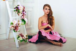 flicka i rosa klänning foto