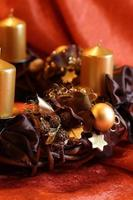 julkrans med guldstearinljus foto