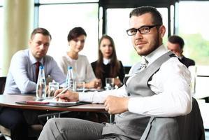 affärsman med kollegor i bakgrunden foto