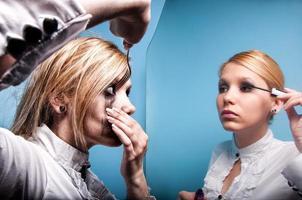 unga affärskvinnor i en spegel, dubbel personlighet foto