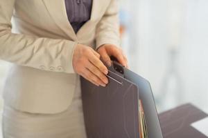 närbild på affärskvinna med mappar foto