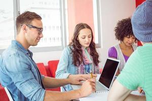 modestudenter som arbetar som ett team foto