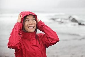 kvinna i regn foto