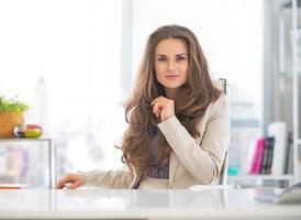 glad affärskvinna på kontoret foto