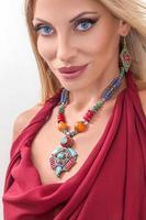 ung modekvinna med indiska smycken foto