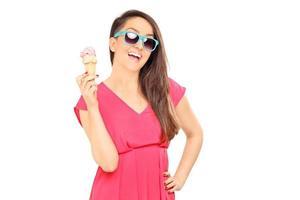 cool ung kvinna med en glass