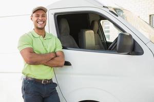 leende man står mot leverans skåpbil foto