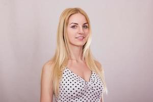 studio porträtt av en vacker ung blond kvinna foto