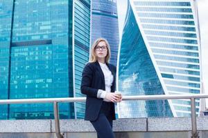 affärskvinna med kaffe och på bakgrund av skyskrapor foto