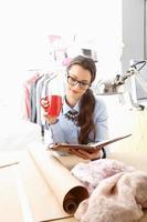 ung modedesigner som arbetar i hennes studio