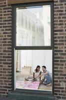 par som tittar på målning i studio foto