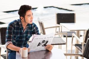 läser på ett kafé foto