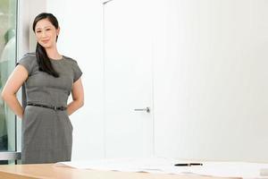 kinesisk affärskvinna på ett kontor foto