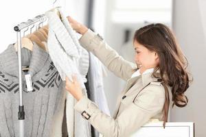 kvinna shopping kläder foto