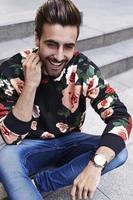 skrattande ung hipster
