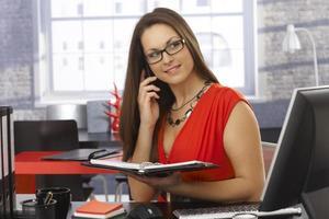 affärskvinna på telefonsamtal foto
