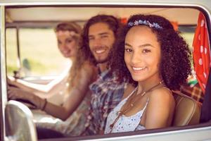 hipstervänner på bilresa foto