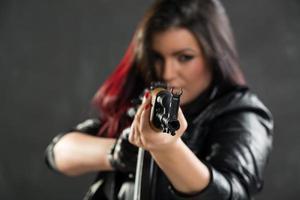 tjej med gevärsiktning foto