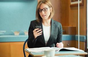 affärskvinna talar i mobiltelefon foto
