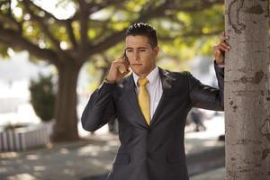 affärsman som skickar meddelanden i mobiltelefonen foto