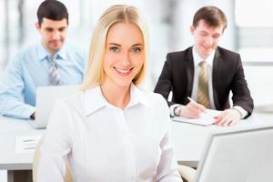 söt affärskvinna på ett kontor foto