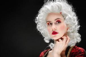 flicka i barock klänning foto