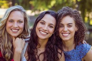 glada hipsters som tittar på kameran foto