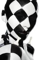 porträtt med schackmakeup och bitar foto