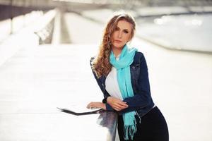 ung modeaffärskvinna på stadsgatan foto