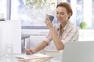 ung affärskvinna som arbetar på kontoret foto