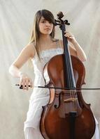 flicka med cello foto