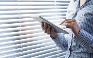 kvinna som använder digital tablet foto