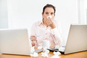 arbetar när man är sjuk. foto