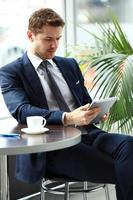 bild av en fundersam affärsman på ett kafé foto