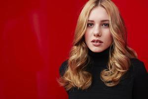 vacker kvinna på rött foto