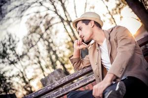 ung man använder en mobiltelefon foto