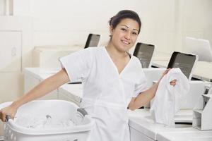 lycklig tvättomatarbetare foto