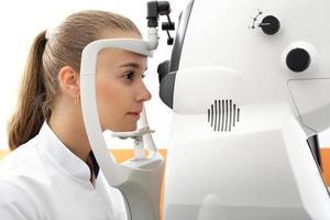 ögonundersökning, patienten i ögonkliniken foto
