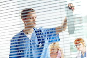 läkare med röntgen foto