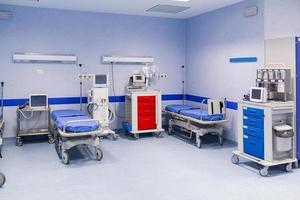 blå täckta sjukhussängar foto