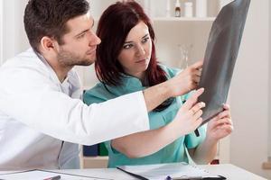 läkare tittar på röntgen foto