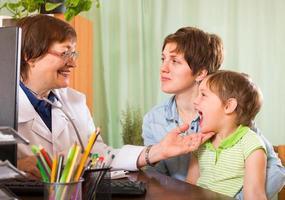 läkare som undersöker barn foto